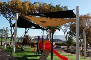 גן שעשועים המשלב אקסטרים עם מתקני שעשועים לילדים